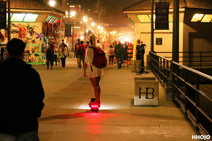 電動スケートボードに乗る女の子画像